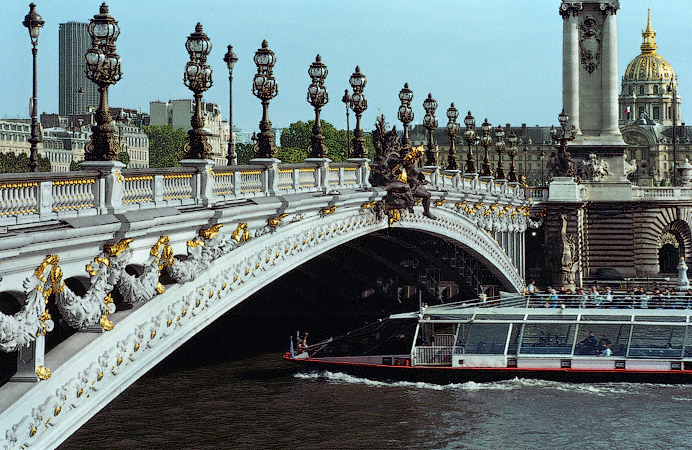 Hotel Foyer Le Pont Paris : Pont alexandre iii seen from the right bank